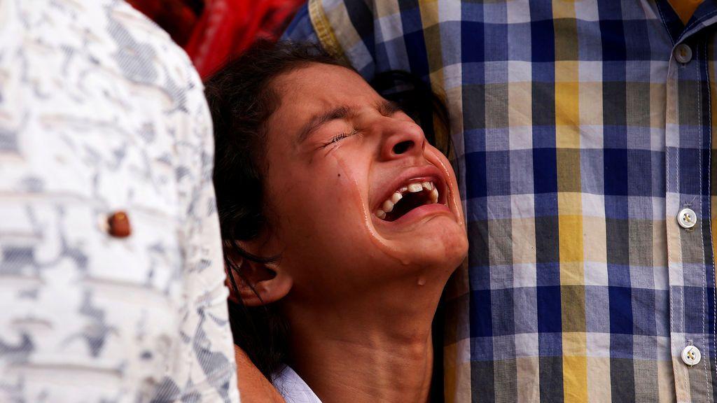 Una niña llora tras el asesinato de un policía durante la ceremonia de colocación de las coronas en Srinagar