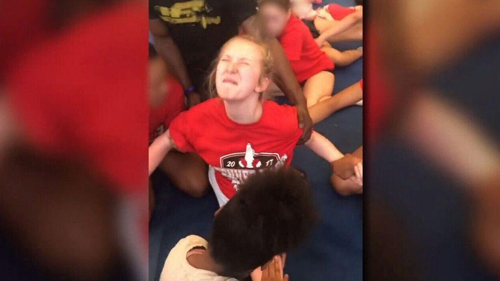 Alarma en EEUU por el vídeo de una niña de 13 años obligada a abrirse de piernas en un entrenamiento