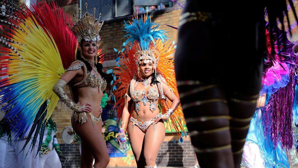 Chicas participan en el carnaval de Notting Hill en Londres