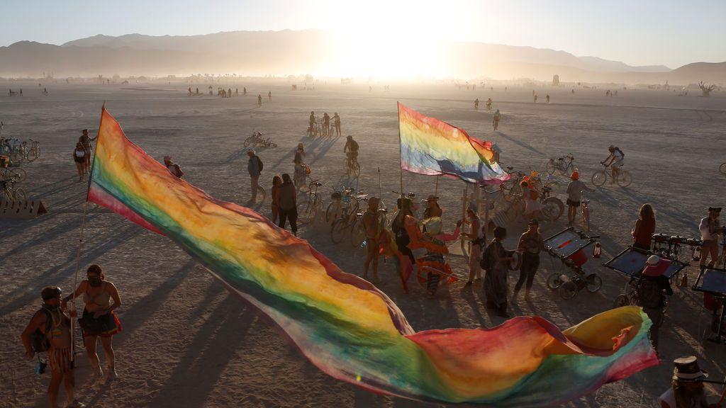 Paritcipantes del festival de música y artes anual 'Burning Man' en el desierto de Roca Negra en Nevada