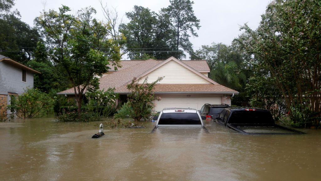 Casas y coches han quedado sumergidos por las aguas de la tormenta tropical