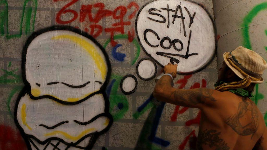 Lazy Boy realiza un grafiti en las instalaciones de arte Deus Ex Machina en el festival de música y arte anual 'Burning Man'