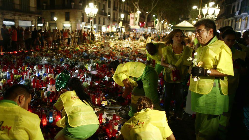 Trabajadores municipales retiran velas y flores conmemorativas del ataque terrorista en las Ramblas de Barcelona