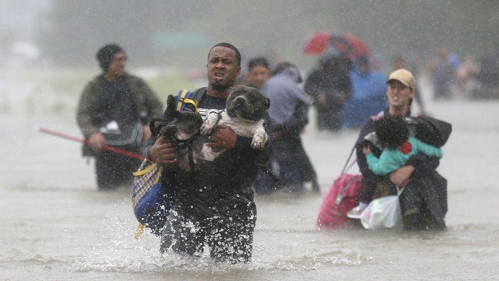 Los residentes se van de sus casas a través de las aguas en Beaumont