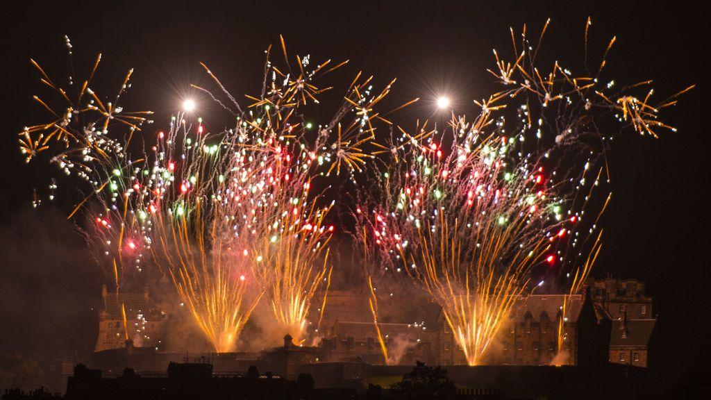 Espectáculo de fuegos artificiales desde el Castillo de Edimburgo