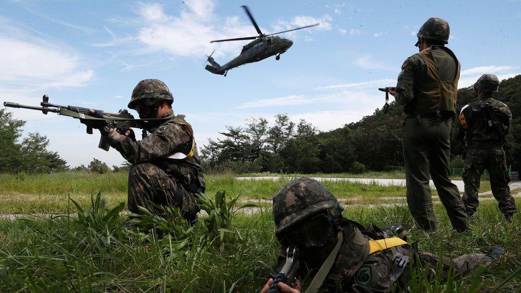 Soldados sur coreanos forman parte de un entrenamiento colectivo que forma parte la Guardia Libre Ulchi