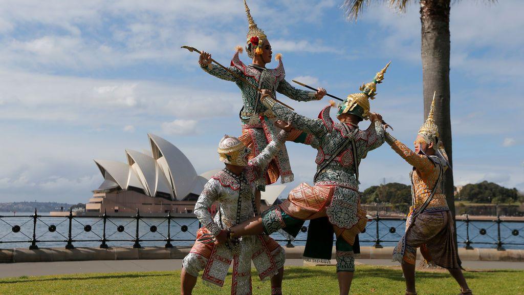 Un grupo de danza Thai baila delante de la Ópera de Sydney, en Australia