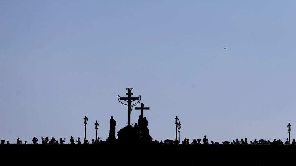 Gente cruza el puente de Carlos en Praga