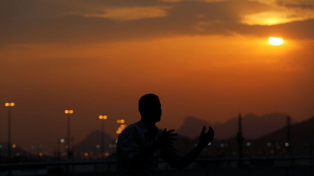Un hombre reza en su primer día de peregrinación hacia  La Meca, Arabia Saudí