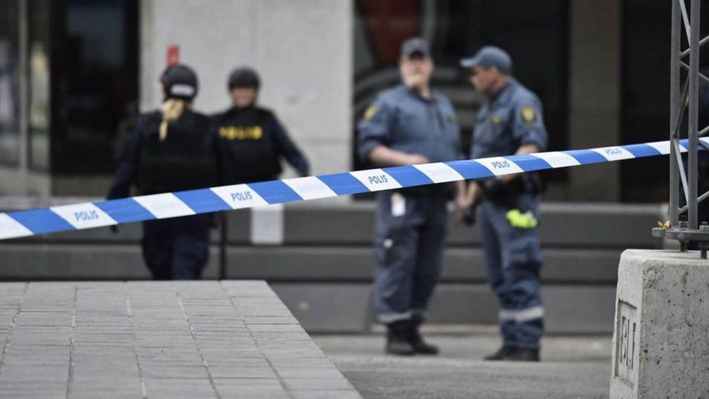 Un hombre armado con un cuchillo ataca a la Policía en una plaza de Estocolmo