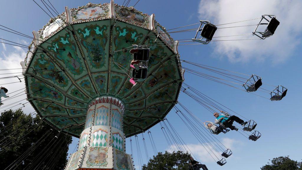 Atracción de las 'sillas voladoras' en el Jardín de Aclimatación de París