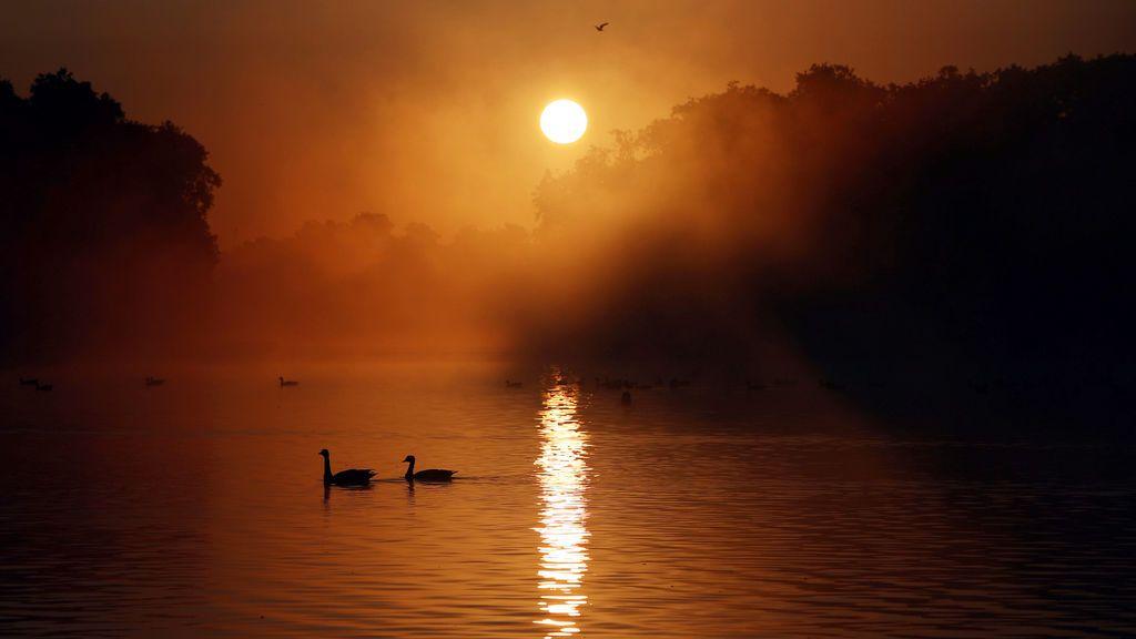 El sol se pone sobre el estanque redondo en los jardines de Kensington en Londres