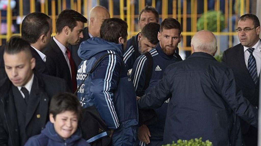 ¡Grande! La seguridad de Messi frena a un niño y él pide que lo traigan de vuelta para hacerse una foto