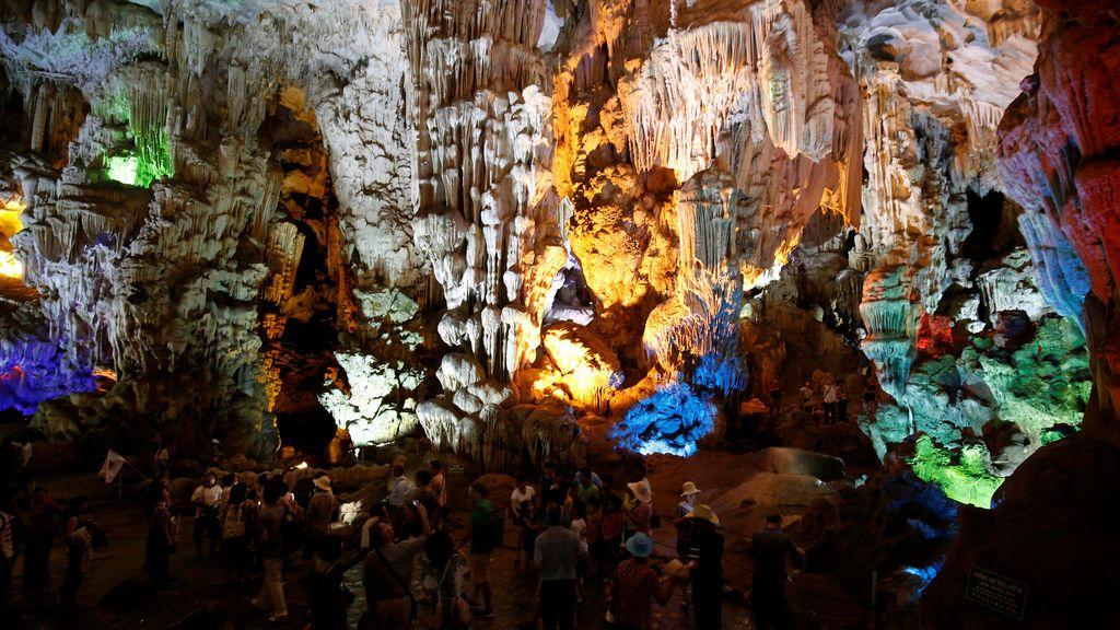 Turistas chinos en una cueva en la Bahía de Ha Long
