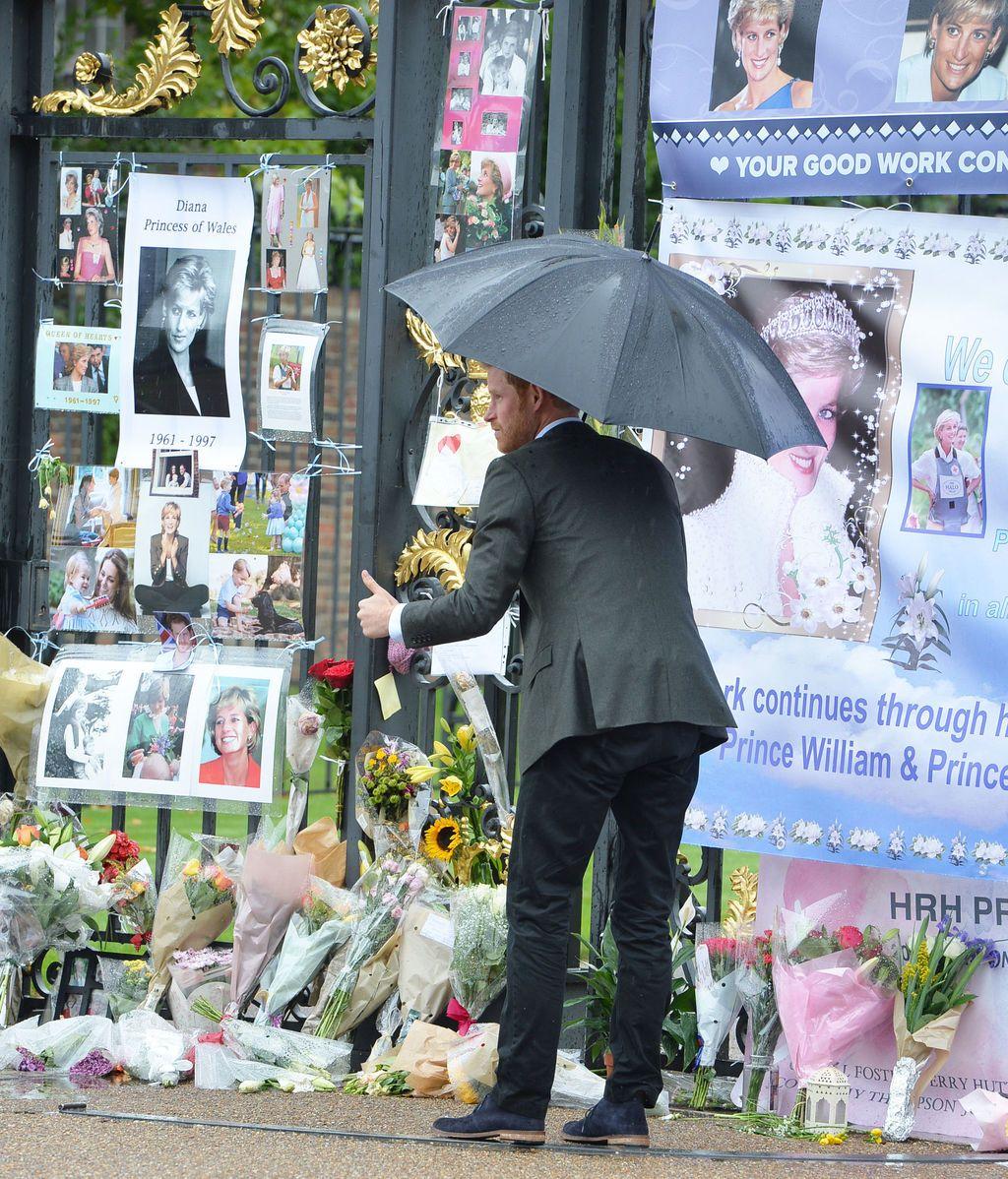 Los príncipes Guillermo y Harry dejan flores en el altar homenaje a su madre Diana