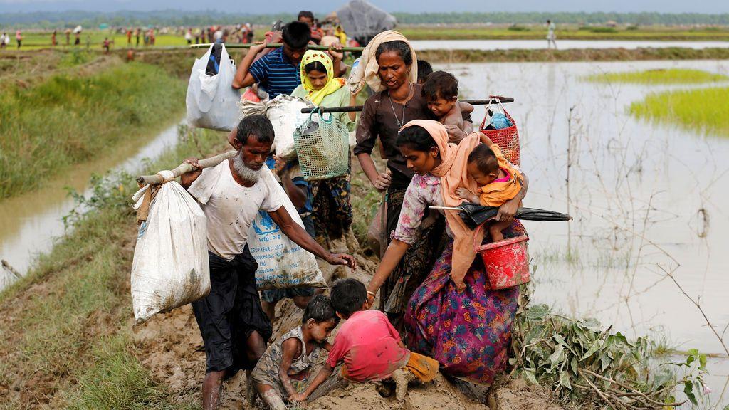 Refugiados Rohingya caen al suelo después de cruzar la frontera Bangladesh-Myanmar en Teknaf