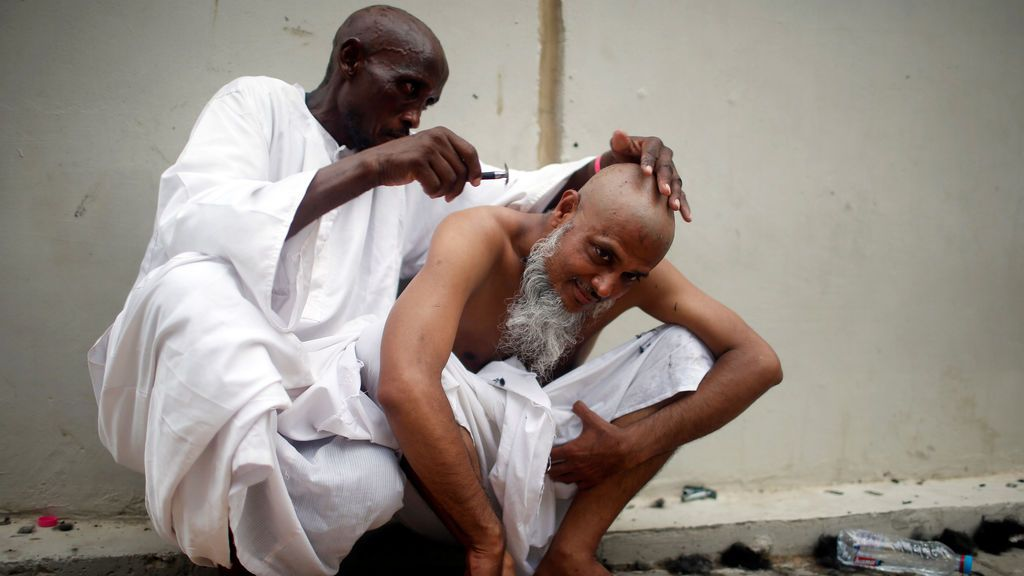 Un musulmán se rapa la cabeza como parte del ritual de peregrinación a la Meca