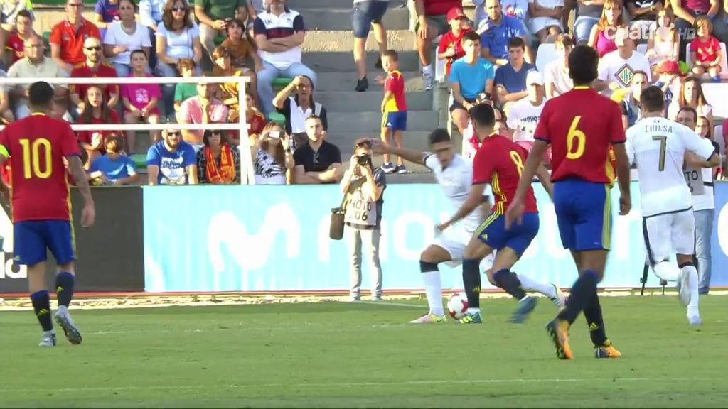 ¡Mikel Merino se hace un autopase con un caño en la frontal y marca un golazo a Italia!