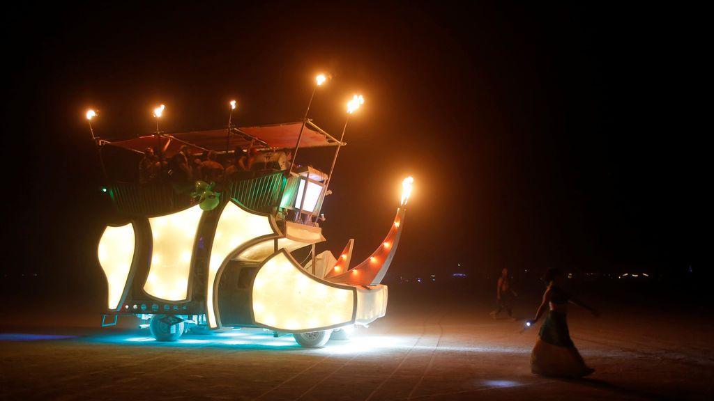 Un vehículo mutante viaja a través de la playa en el festival anual de música y arte 'Burning Man'