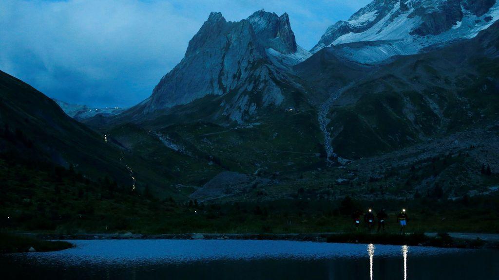 Atletas compiten durante la 15ª edición de la ultramaratón de montaña cerca del río Combal en Italia