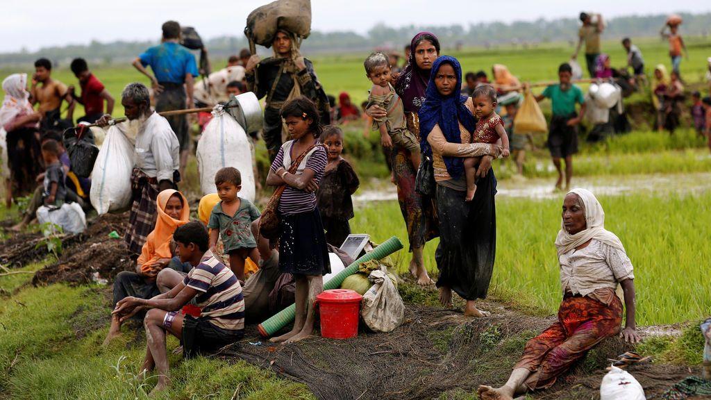 Refugiados de Rohingya descansan después de viajar sobre la frontera de Bangladesh – Myanmar