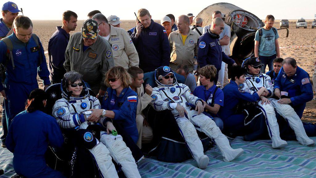 La tripulación de la Estación Espacial Internacional descansa tras aterrizar en la tierra
