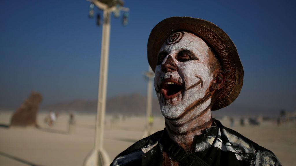 Un participante ríe durante el festival anual de música y arte 'Burning Man'