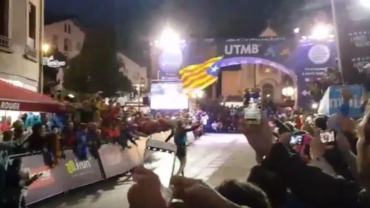 Nuria Picas gana el Ultra Trail del Mont Blanc y clava una estelada al llegar a la meta