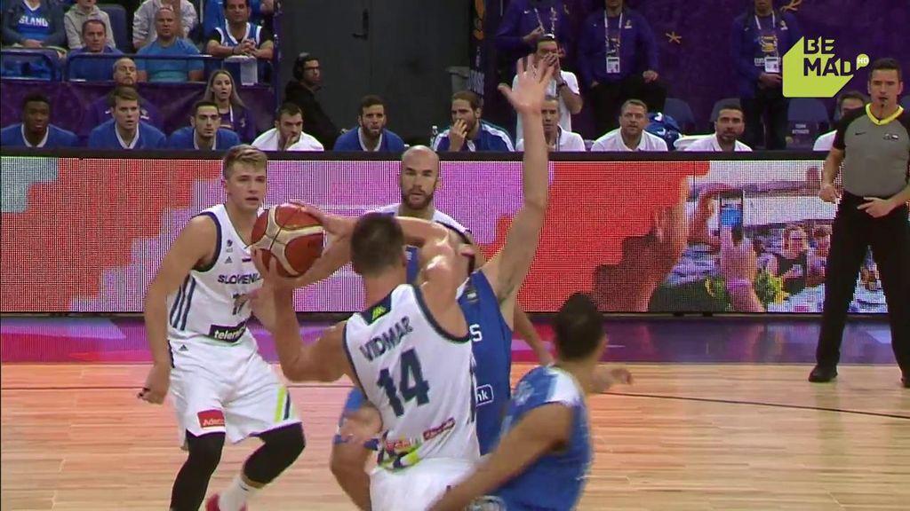 ¿Boxeo o baloncesto? Papanikolau se lleva dos codazos y comete falta