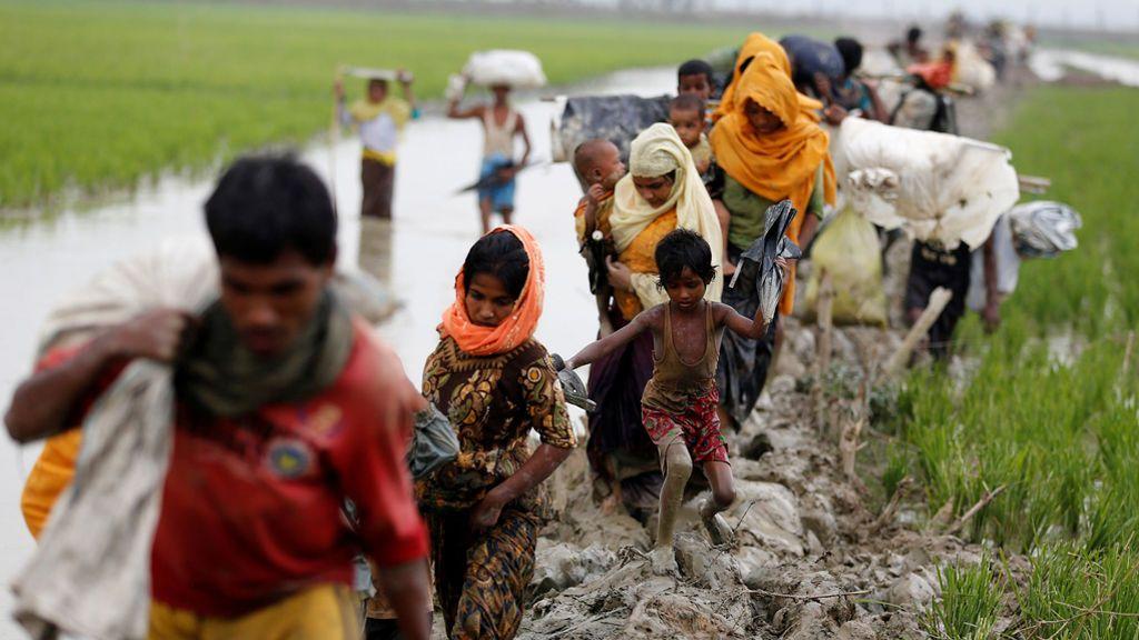 Los refugiados de Rohingya cruzan  la frontera entre Bangladesh y Myanmar