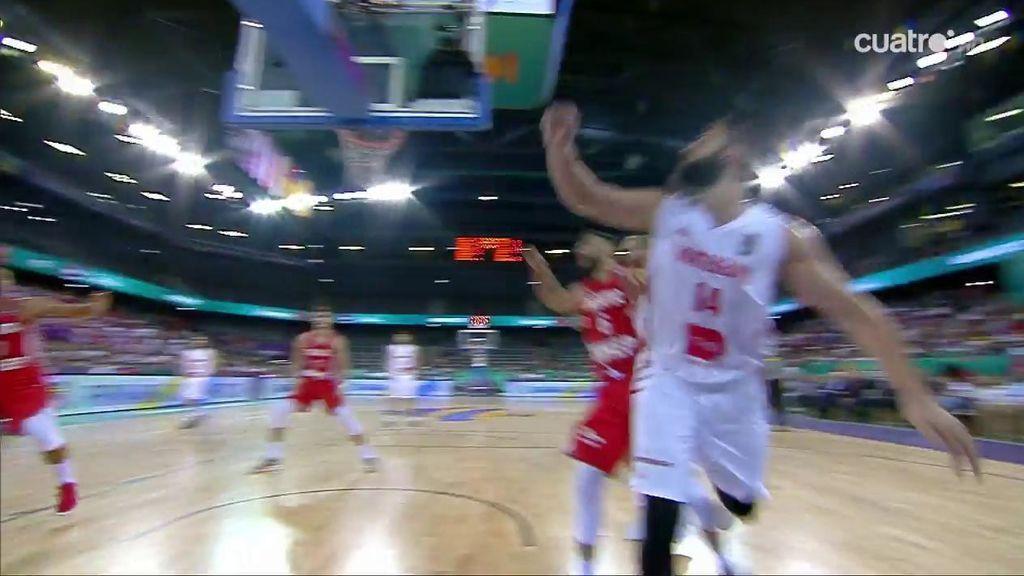 ¡Dubljevic se cae detrás de la canasta y casi lesiona a un cámara!