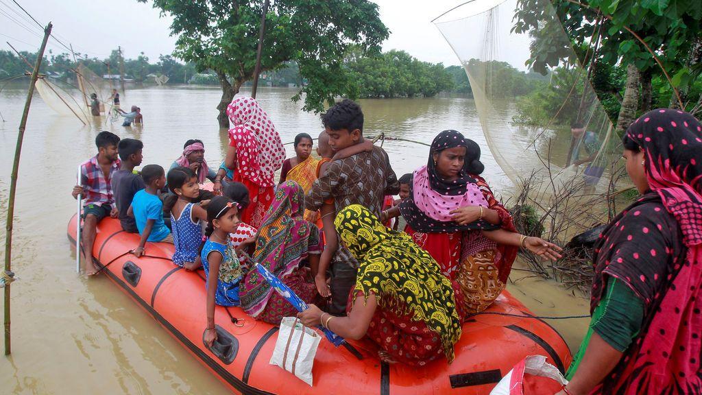 Afectados por las inundaciones en India son trasladados a zonas seguras