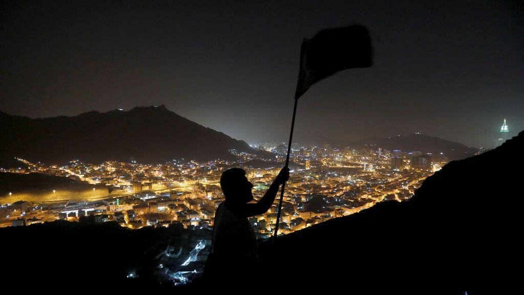 Las mejores imágenes de la jornadaUn peregrino hondea una bandera en el monte Al-Noor