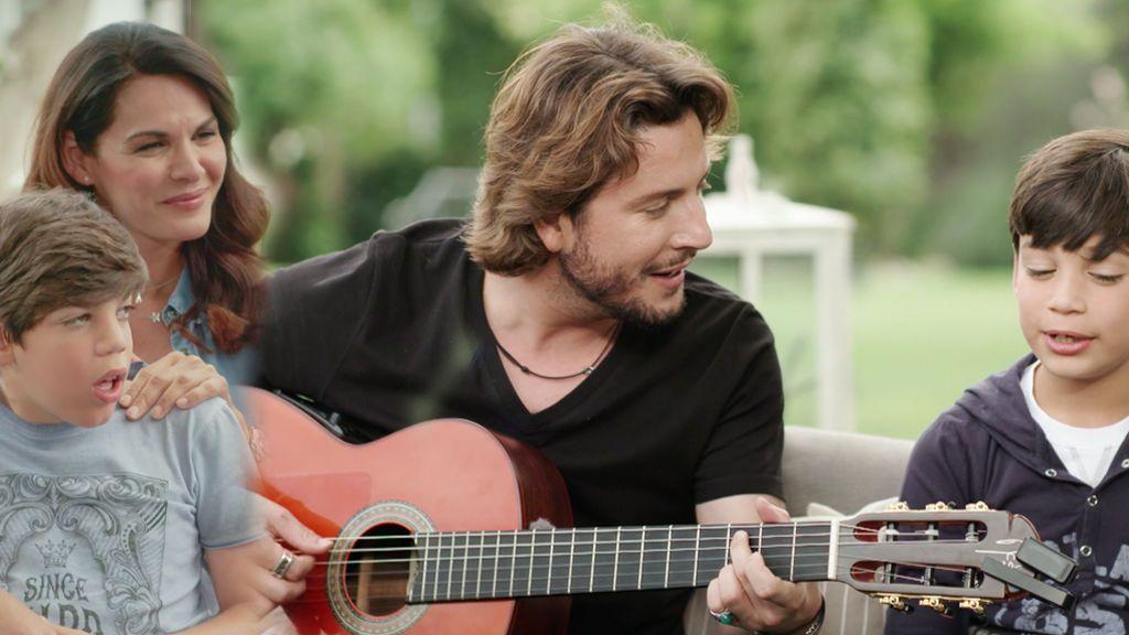 Los hijos de Bertín sorprenden a Manuel Carrasco y cantan con él