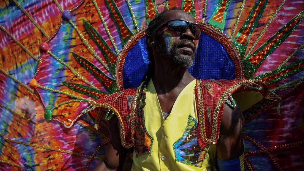 Un hombre disfrazado participa en el Desfile del Día de las Indias Occidentales en Brooklyn