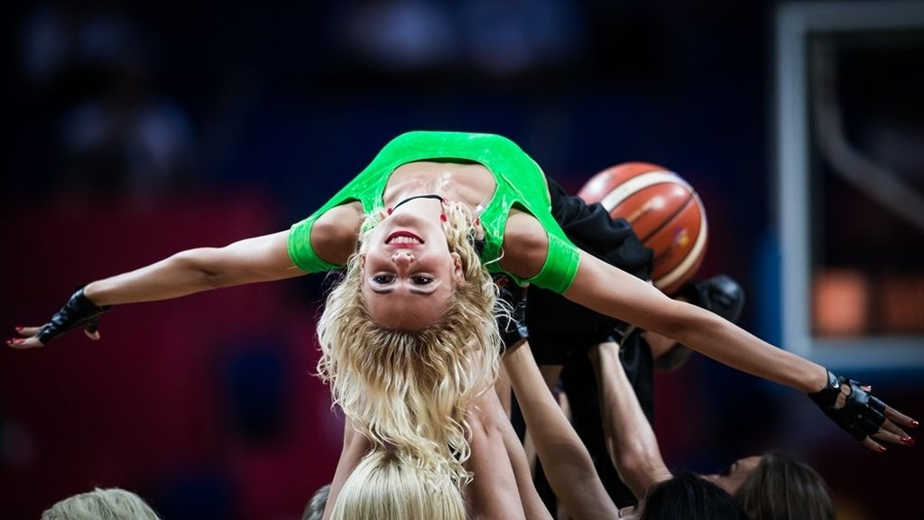 Color y coreogrfías espectaculares: las cheerleaders del Eurobasket