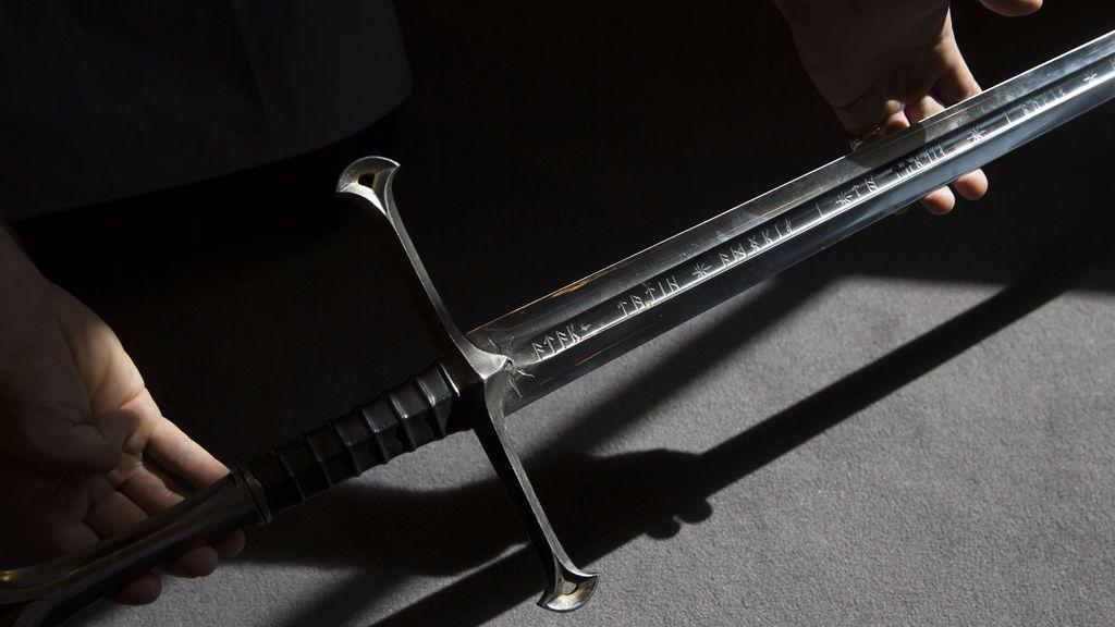 ¿Es Excálibur? Una niña haya una espada en la laguna donde el rey Arturo dejó la suya