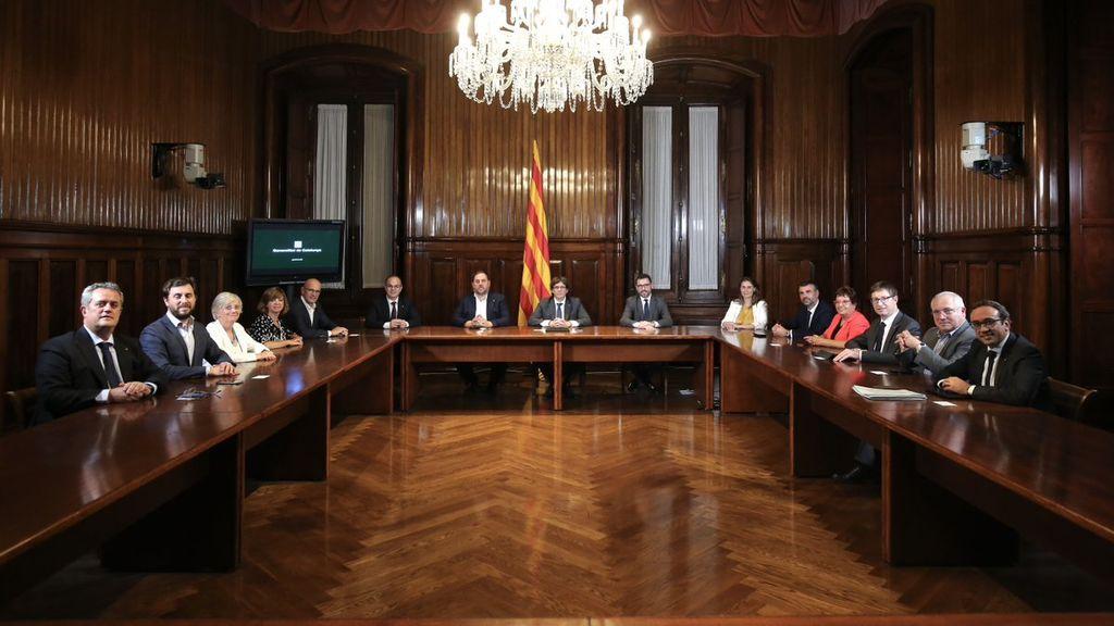 El Govern de la Generalitat en pleno firma la convocatoria del referéndum