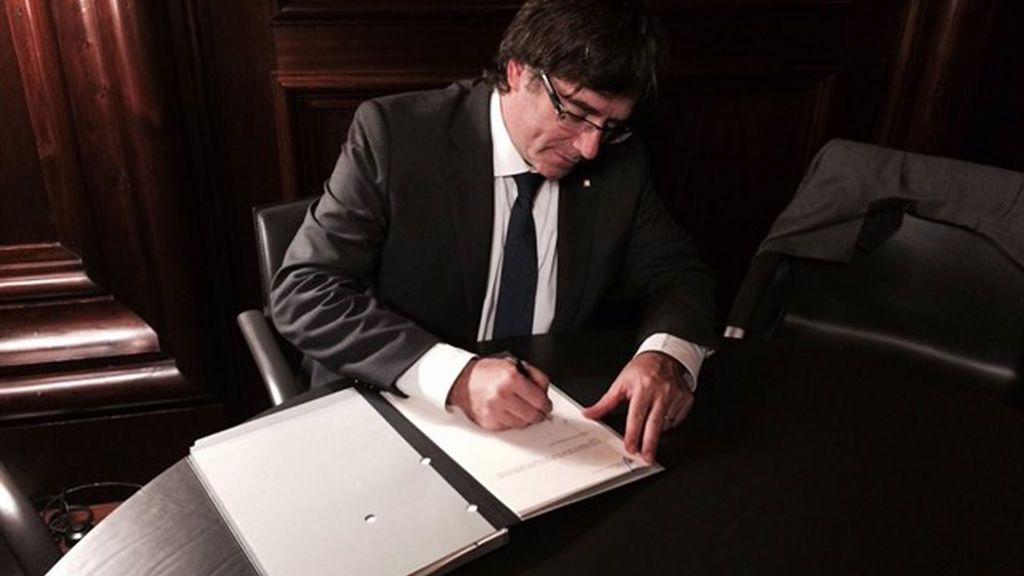 Puigdemont firma y promulga la ley del referéndum