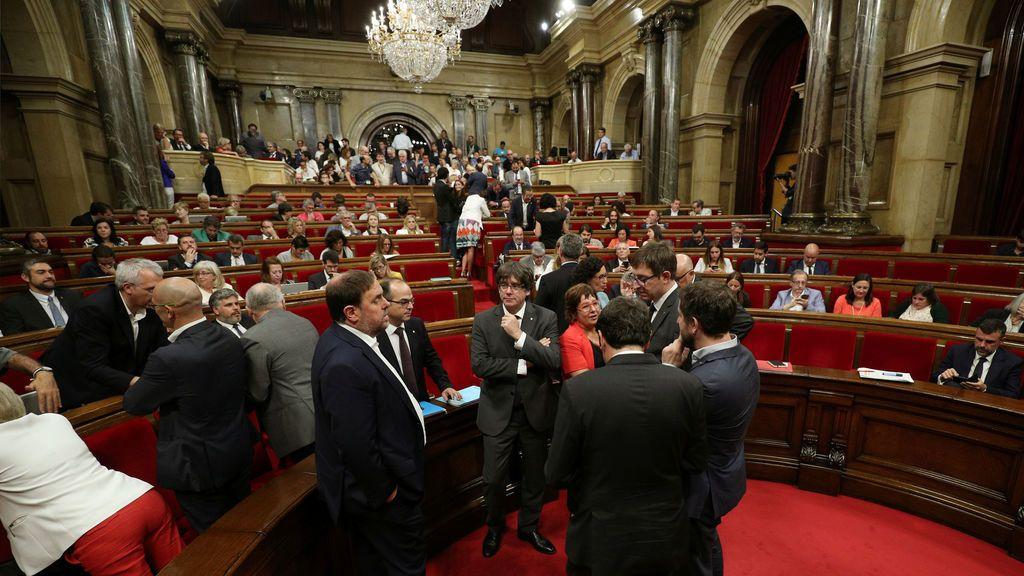 Puigdemont habla durante un descanso en el Parlamento Catalán