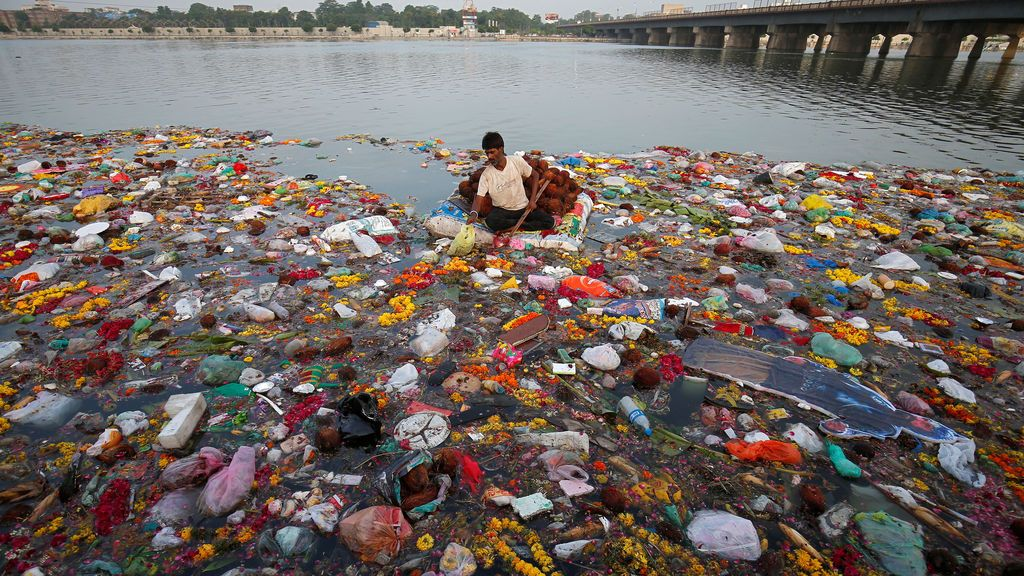 Recogida de las ofrendas al dios hindú Ganesh