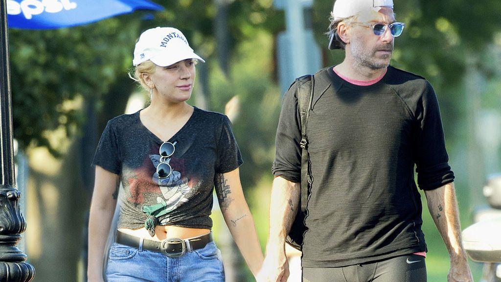 Representante de cantantes, ex de famosas y 18 años mayor que ella: así es el novio 'oficial' de Lady Gaga