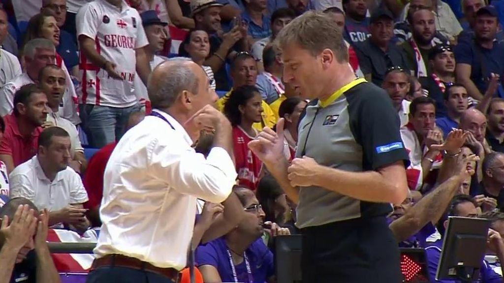 ¡Tremendo enfado de Messina con el árbitro! Y eso que Italia ganaba de 12…
