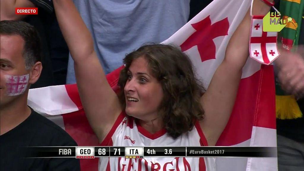 De la ilusión, a la decepción: una fan de Georgia celebra una canasta que hubiera empatado el partido ante Italia