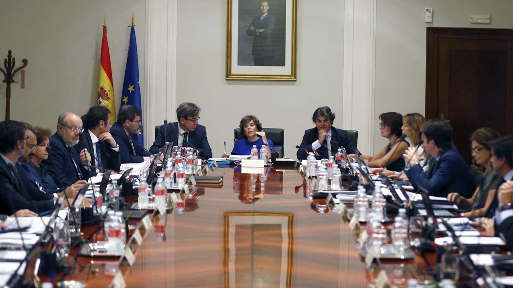 Santamaría reúne a los secretarios de Estado para aprobar medidas contra las leyes de ruptura de la Generalitat