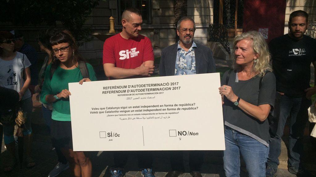 María José Lecha y María Rovira (CUP) entregan papeleta del referéndum 1-O