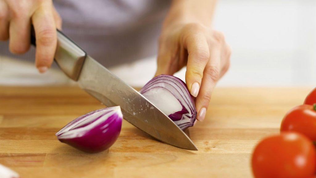 La tabla de cortar,  un depósito de gérmenes y bacterias: 200 veces más sucio que la tapa de inodoro