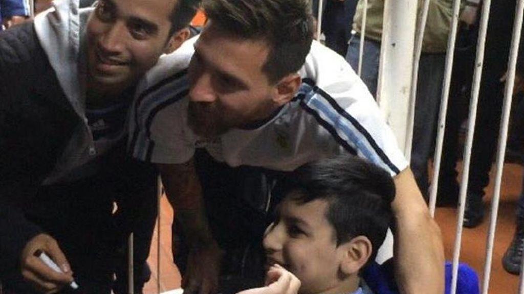 Así alucinó Franco, un niño argentino con discapacidad, cuando Messi se acercó para firmarle