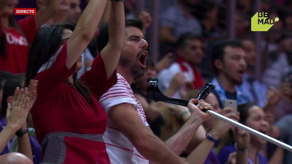 ¡Euforia máxima! Un aficionado aporrea su muleta tras una canasta de Turquía