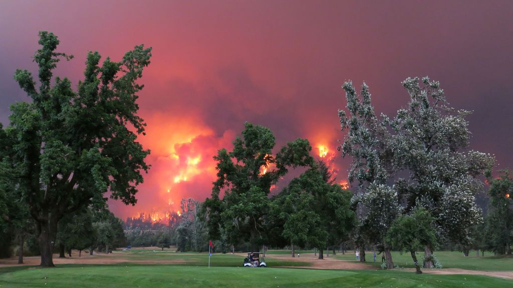 Impresionante incendio junto a un campo de golf en North Bonneville
